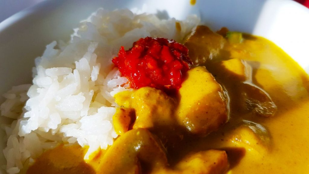 Kip Kerrie met sambal en witte rijst